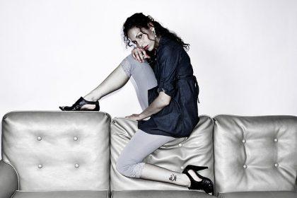 kvinde og lædersofa